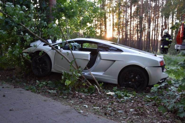 Wypadek wzbudził spore zainteresowanie okolicznych mieszkańców, ale nie tylko. Na drodze, w okolicach miejsca zdarzenia pojawiły się inne sportowe samochody,