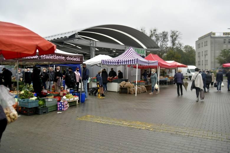 Sobota to dzień, w którym wiele osób wybiera się na zakupy na targowisko przy ulicy Śląskiej w Radomiu. Na targu znajdziemy wiele świeżych owoców i warzyw,