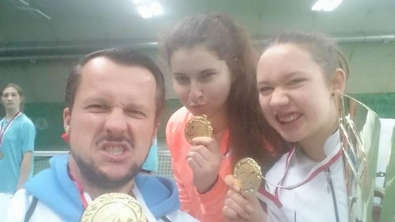 Złote medalistki ze Szczecina z trenerem.