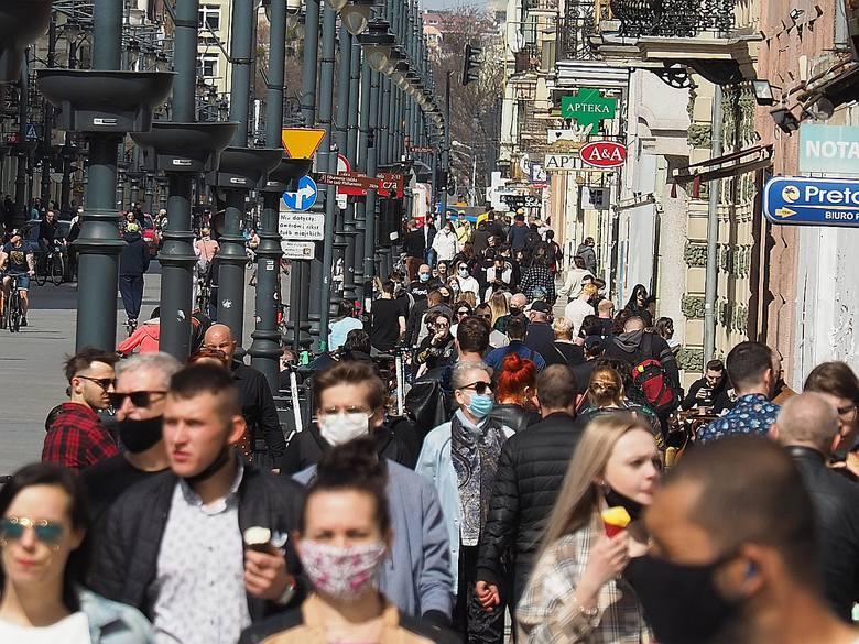 Na Piotrkowskiej w niedzielę 11 kwietnia był tłok i ścisk jak podczas plenerowych imprez czy jarmarku wojewódzkiego. Łodzianie ustawiali się w kolejkach