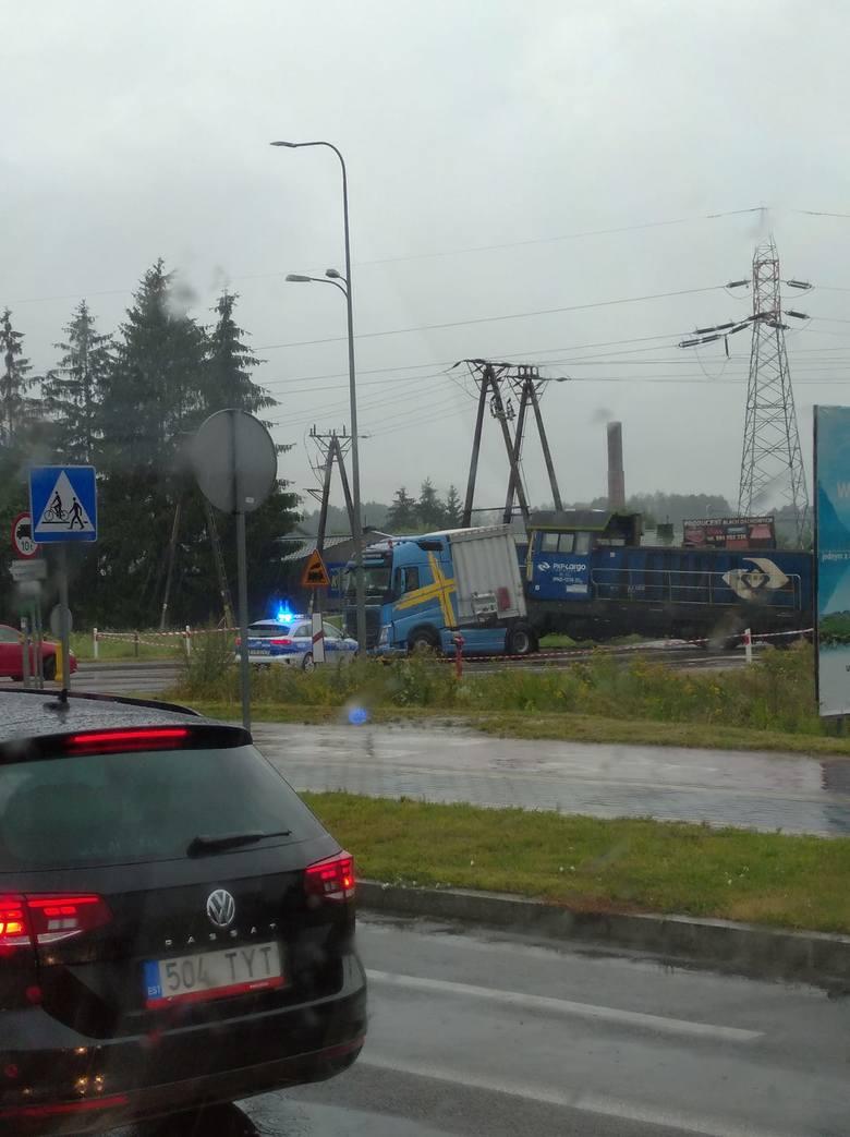 Łomża. Wypadek na przejeździe kolejowym. Lokomotywa uderzyła w ciężarówkę. Zablokowana ulica Poznańska