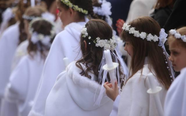 Jaki kupić prezent na pierwszą komunię świętą? Co na komunię chrześnicy i chrześniaka może kupić ojciec chrzestny i matka chrzestna? Co warto kupić na