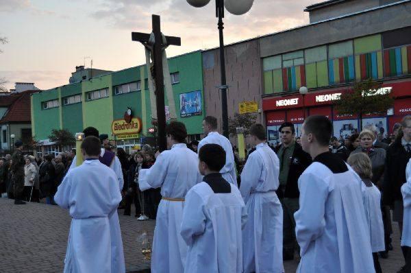 Uroczystości zalobne w TarnobrzeguSetki mieszkanców Tarnobrzega oddalo hold zmarlym w katastrofie lotniczej w Smolensku.