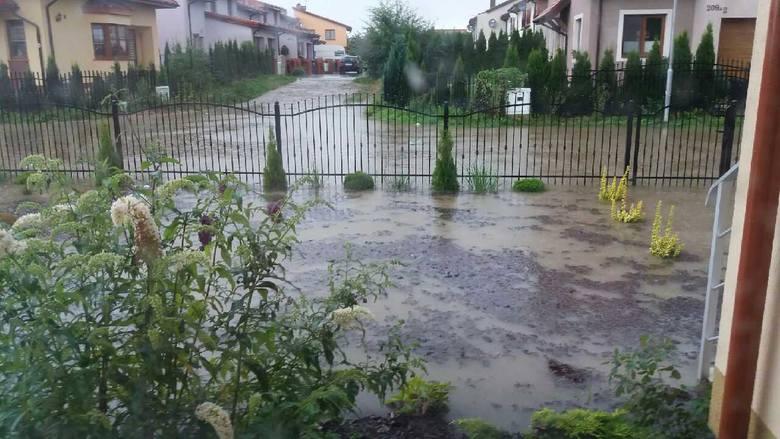 """Na alarm@gk24.pl napisała do nas Internautka: """"Wtorkowy poranek - woda z  drogi gminnej wlewa się na sąsiednie posesje. Co gorsza wybija kanalizacja. Gminne służby rozkładają ręce"""". <br />"""