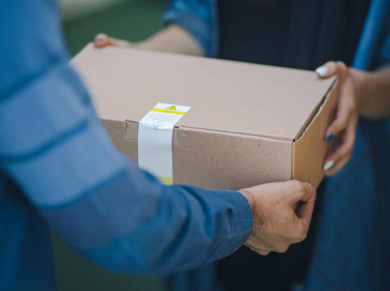 Kurier przywłaszczył sobie 965 zł za przesyłkę.Pracownik firmy kurierskiej dostarczył przesyłkę łodziance, która zrobiła zakupy przez internet. Kobieta