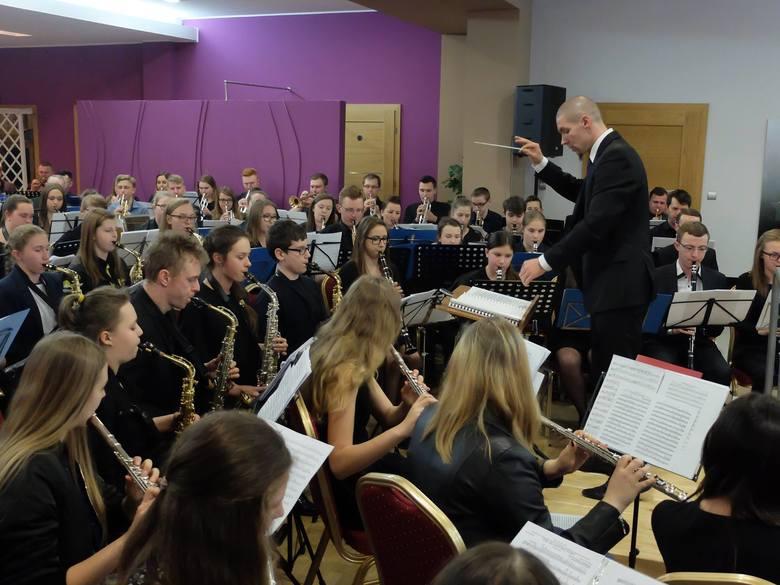 Ponad 140 muzyków z 18 orkiestr z 5 województw wzięło udział w II Otwartych Warsztatach dla Muzyków Orkiestr Dętych w pałacu w Pawłowicach. Warsztaty