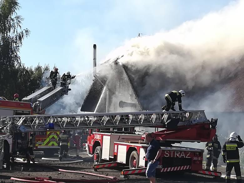 Płonie dach karczmy Siwy Dym w podtoruńskich Łysomicach. Na miejscu jest 11 zastępów. Ogień pojawił się najpierw w magazynku obok karczmy, potem przeniósł