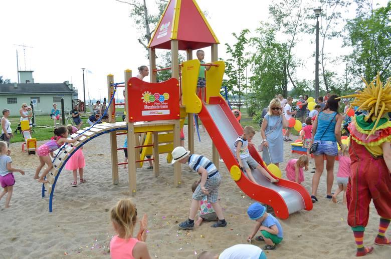 Plac zabaw znajdujący się przy siłowni zewnętrznej oraz blisko budynku Wodnego Ochotniczego Pogotowia Ratunkowego nad Małym Jeziorem Żnińskim postawiła