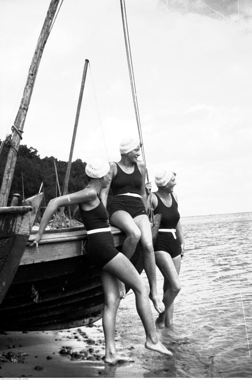 100 lat strojów kąpielowych kostiumy kąpielowe kiedyś i dziś moda plażowa lata 20. 30. 40. 50. 60. 70. 80. 90.