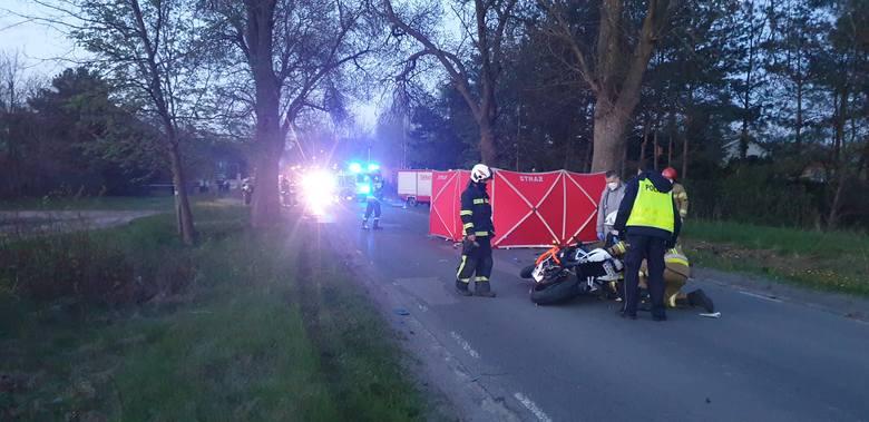 Do tragedii doszło na ul. 11 Listopada (na wysokości numeru 103), dwóch motocyklistów zderzyło się z samochodem osobowym marki jeep.Ze wstępnych ustaleń