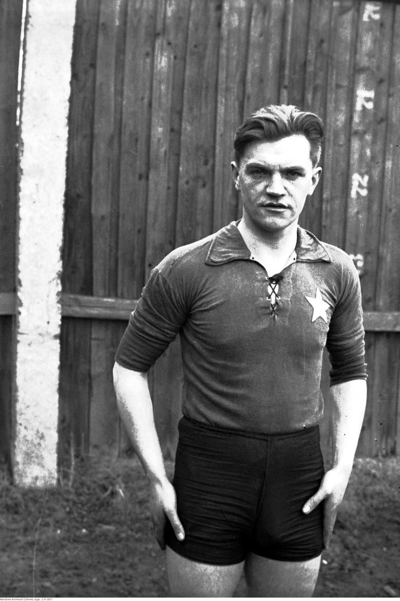 Franciszek CebulakFranciszek Cebulak, piłkarz w koszulce klubu sportowego Wisła Kraków - fotografia sytuacyjna wykonana z okazji meczu treningowego reprezentacji