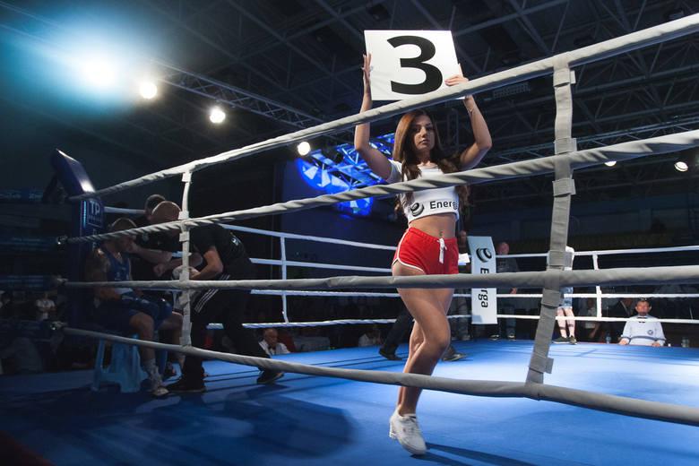 Ring Girls, czyli piękne dziewczyny podczas gali bokserskiej. Zobacz, jak prezentowały się podczas meczu Polska - Rosja w hali Gryfia w Słupsku.