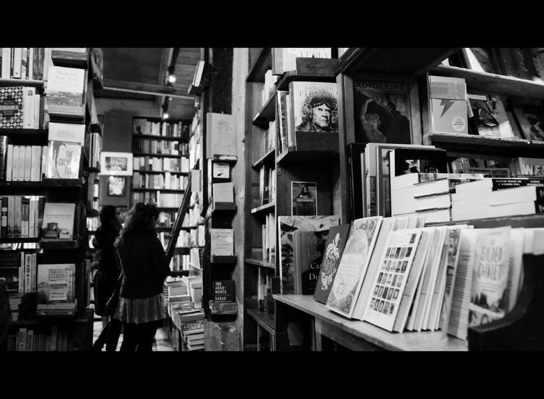 Shakespeare & Company, czyli kultowa księgarnia anglojęzyczna została założona w 1917 r. przez Sylvię Beach. Do II wojny światowej stanowiła przystań najwybitniejszych prozaików i poetów okresu międzywojennego. Jej stałymi bywalcami byli Ernest Hemingway, James Joyce , Francis Scott Fitzgerald,...