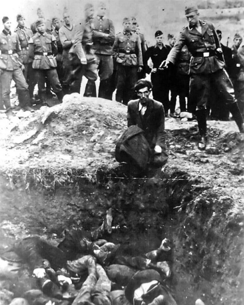 Egzekucja Żydów w Winnicy. Tutaj strzelają żołnierze Einsatzgruppen. Winnickich Żydów mordował też batalion 304.<br />