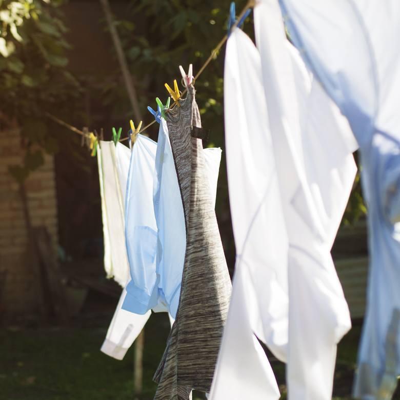 Codzienne pranie może bardzo obciążyć domowy budżet. Jest to czynność, której nie unikniesz i warto do niej podejść z głową. Na szczęście istnieje kilka