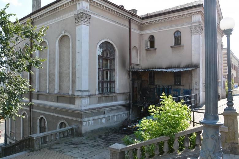 Zabytkowy budynek, który znajduje się w centrum Jarosławia, został podpalony. Policjanci, gdy tylko pożar został ugaszony, zaczęli szukać podpalacza.