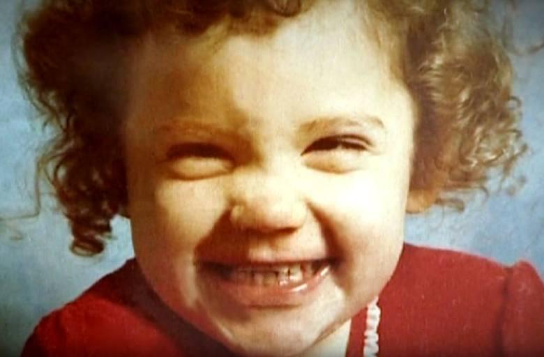 W 1981 roku w niemieckim Paderborn zaginęła 2-letnia Katrice Lee. W dniu urodzin dziewczynka pojechała razem z rodzicami i ciotką na zakupy do kompleksu