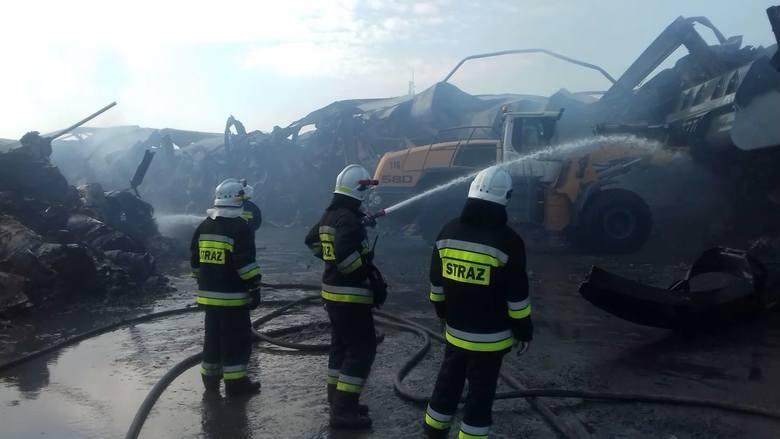 Pożar w fabryce Opak w Szczecinku. Ogień pomógł opanować ciężki sprzęt [ZDJĘCIA]