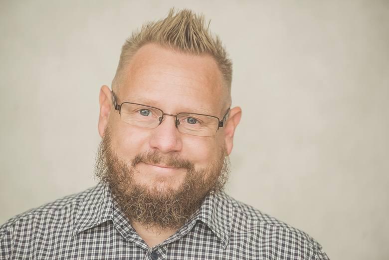 Wojciech Orliński -  jest regionalistą i aktywistą, wiceprezesem stowarzyszenia Demokratyczna Unia Regionalistów Śląskich, przewodniczącym rybnickiego koła Śląskiej Partii Regionalnej, współautorem śląskiego dykcjonorza, grafikiem i projektantem; mieszka na pograniczu w Gorzycach.