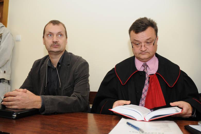 """Prokuratura najpierw oskarżyła Aleksandra Gawronika o podżeganie do zabójstwa Jarosława Ziętary. Potem oskarżyła """"Rybę"""" i """"Lalę"""", dwóch ochroniarzy z Elektromisu, o porwanie Ziętary. Jednak trzecie śledztwo, dotyczące zabójstwa dziennikarza, umorzyła. Prokuratura uznała, że brakuje dowodów, by..."""
