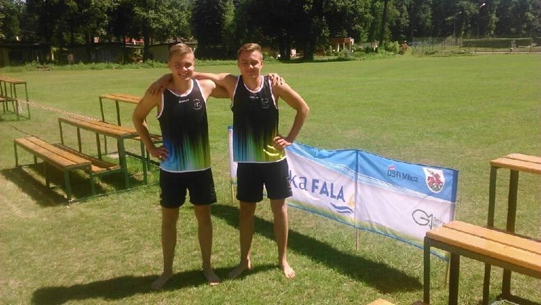 Wojtek i Krzysztof Zalewscy znów odnieśli ogromny sukces. Zdobyli srebrny medal na Mistrzostwa Polski kadetów w piłce plażowej, które odbyły się w Miliczu.Młodzi