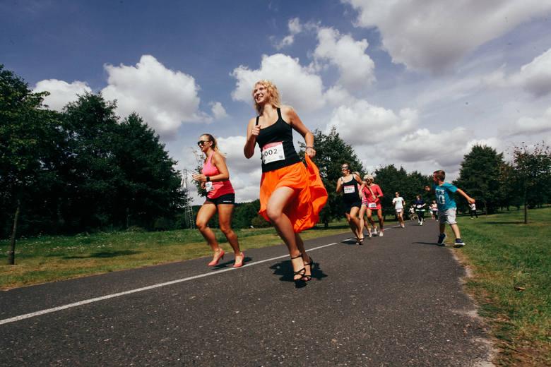 W bydgoskim Myślęcinku w sobotę odbył się The High Heels RUN Bydgoszcz. Uczestnicy rywalizowali w szpilkach na dystansie 300 metrów. Wpisowe na bieg