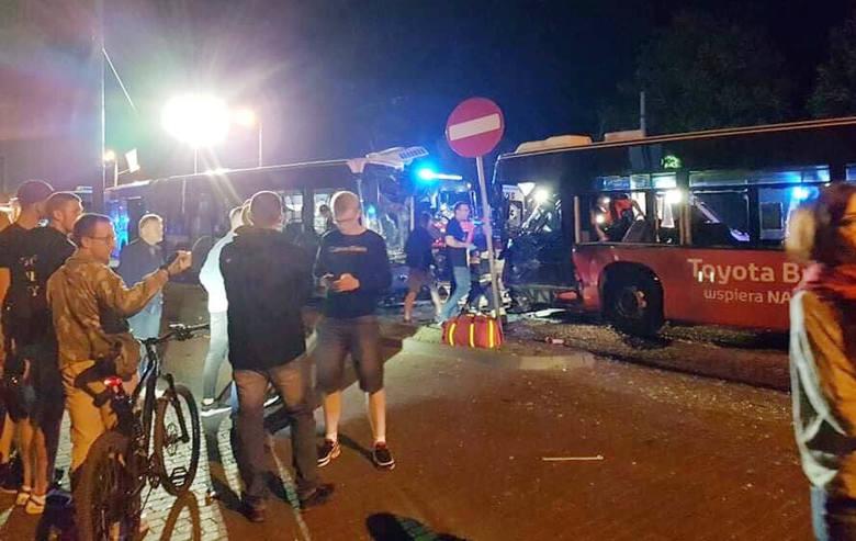 Do bardzo groźnego wypadku doszło w nocy w Bydgoszczy. Zderzyły się dwa autobusy miejskie. Więcej informacji w dalszej części galerii >&g