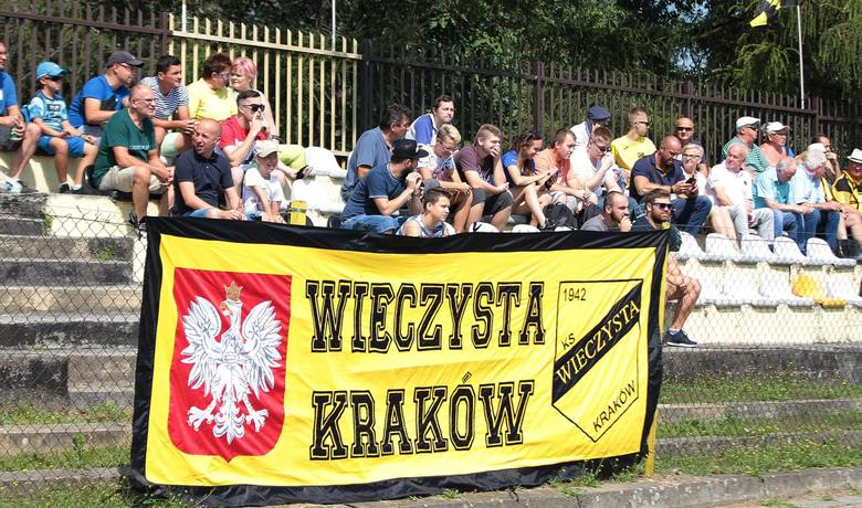 Na ławce trener z doświadczeniem na szczeblu centralnym, a w składzie zawodnicy z przeszłością w Ekstraklasie czy 1 lidze. W Krakowie bez wątpienia rośnie