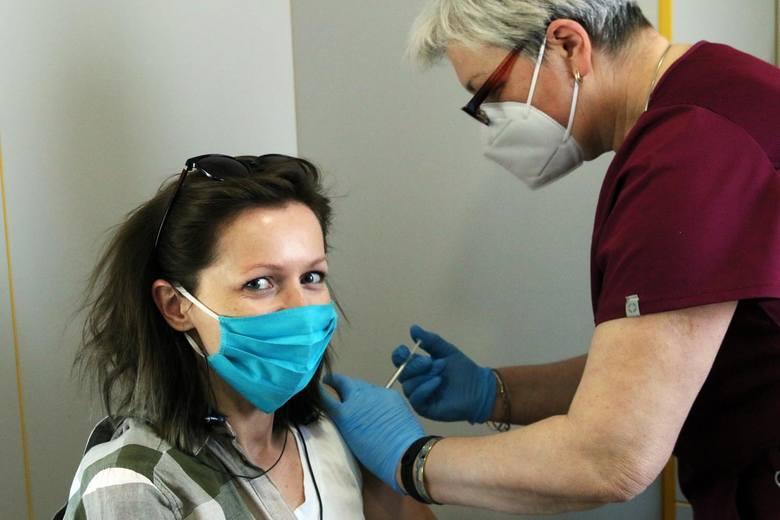 Odporność po szczepieniu przeciw COVID-19 wytwarza się częściowo już po pierwszej dawce szczepionek Pfizera, Moderny i AstraZeneki, ale pełną ochronę