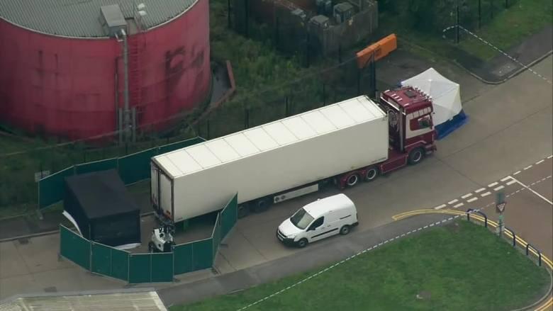 """Ciała w ciężarówce w Wielkiej Brytanii. Jedna z ofiar miała wysłać SMS: """"Mamo, tak bardzo cię kocham! Umieram"""""""