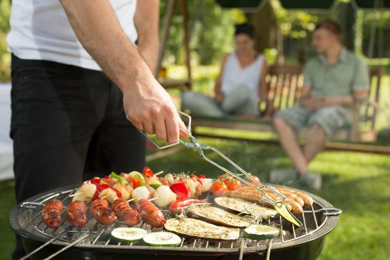 Grillowanie to dobry czas na spotkania i rozmowy przy pysznym  jedzeniu. Pamiętajmy, że dym z grilla może być uciążliwy dla sąsiadów