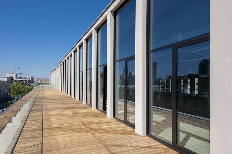 Budynek przykuwa uwagę m.in. dzięki efektownej fasadzie łączącej szlachetny onyx w oknach z surowym betonem. Nowogrodzka Square został zaprojektowany