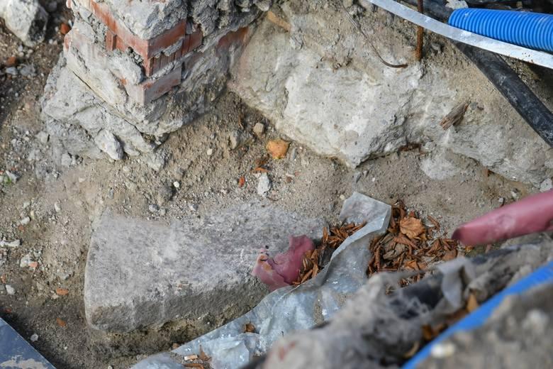 Niespodzianka podczas remontu Wielkiego Młyna w Gdańsku. Archeolodzy odsłonili kamienny dysk
