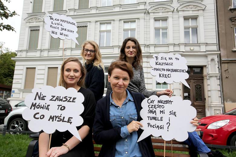 Zespół Fosy przed siedzibą przy ulicy Łąkowej 34. U góry od lewej: Kamila Cyran, Magda Marciniak,  niżej: Marta Gęsicka i Sylwia Bilewicz