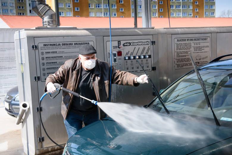 Lubuska policja zachęca, by samochody myć we własnym zakresie.