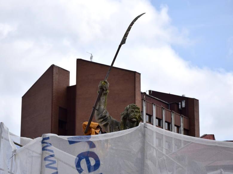 Druga młodość Bartosza. Znany pomnik, symbol Tarnobrzega, oczyszczany z fałszywej patyny i wzmacniany