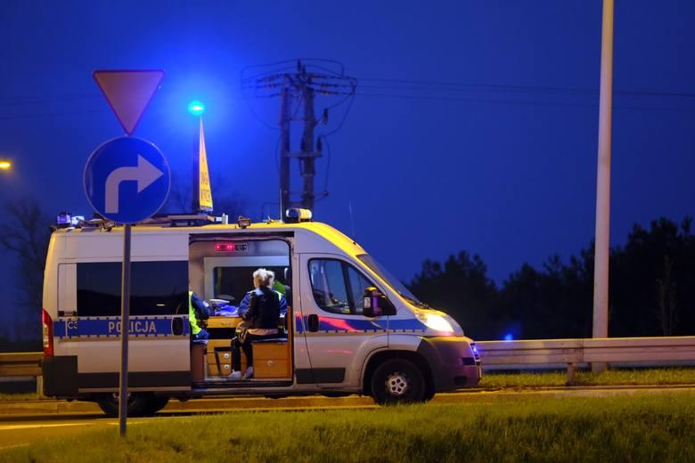 Do groźnie wyglądającego wypadku doszło na nowym moście w Toruniu. Jak wynika ze wstępnych ustaleń policji, kierujący nissanem nieprawidłowo zmieniał