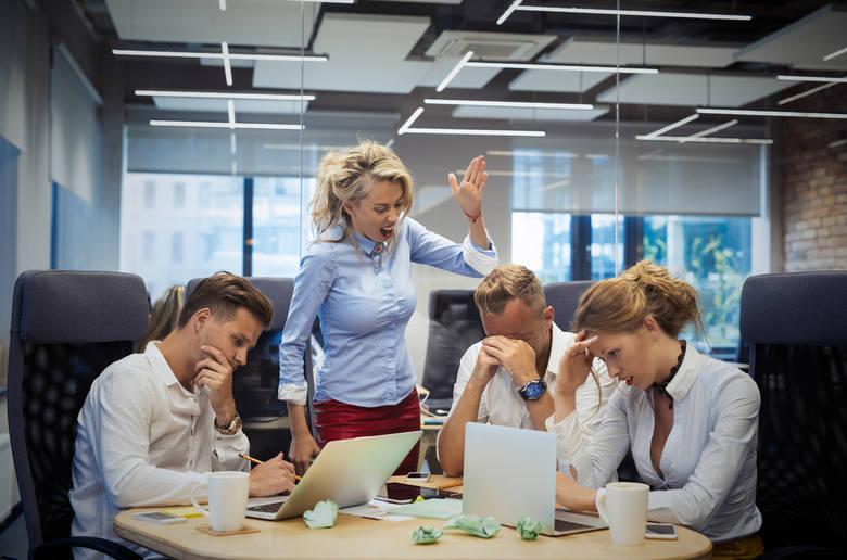 Szklany sufit i syndrom królowej pszczół, czyli dlaczego kobietom jest trudniej robić karierę?