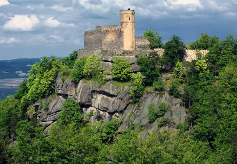 Położony malowniczo, nieopodal Jeleniej Góry-Sobieszowa, na szczycie góry Chojnik w Karkonoszach. Góra ta wznosi się na wysokość 627 metrów n.p.m., a