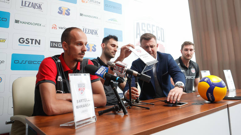 Środkowi Grzegorz Kosok i Bartłomiej Krulicki oraz libero Bartosz Mariański to kolejni trzej nowi siatkarze Asseco Resovii. Trwa budowanie składu, który