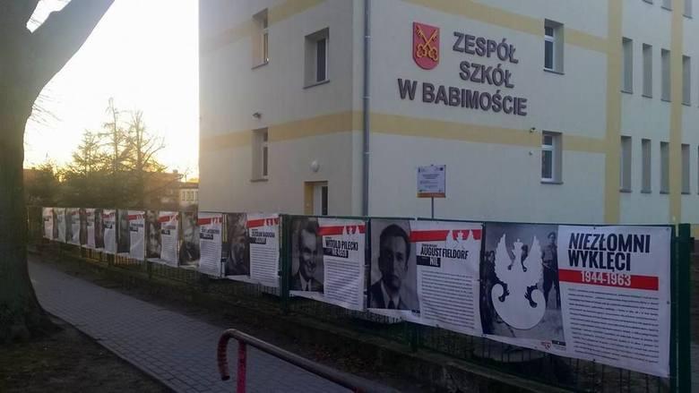 Żołnierze Wyklęci przed szkołą w Babimoście