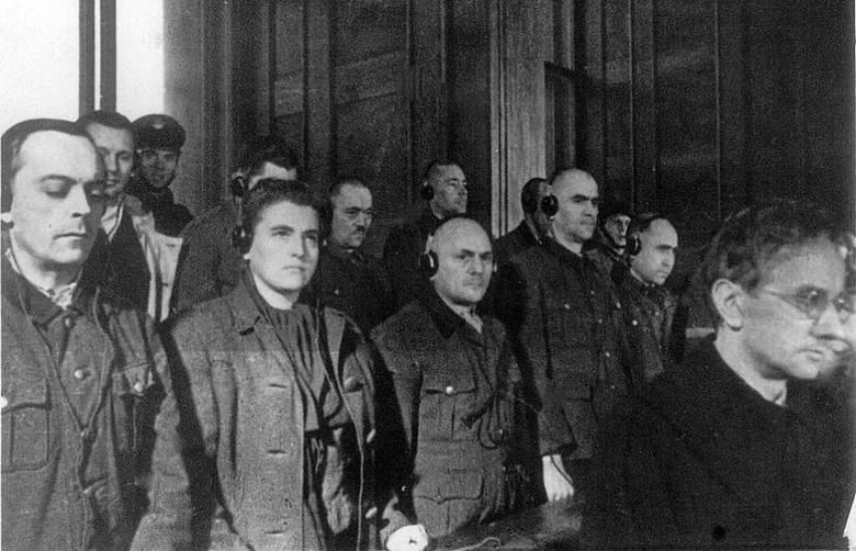 Przed Najwyższym Trybunałem Narodowym w Krakowie pod koniec grudnia 1947 roku stanęło 40 esesmanów załogi niemieckiego obozu zagłady Auschwitz. Zapadło 39 wyroków skazujących