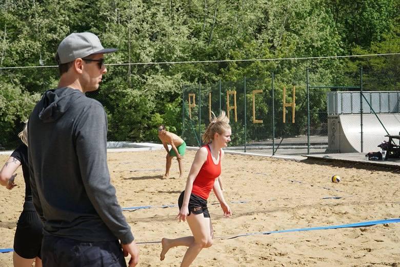 Piotr Kantor przekazał adeptom siatkówki plażowej mnóstwo cennych uwag związanych z techniką odbicia piłki i poruszania się po boisku