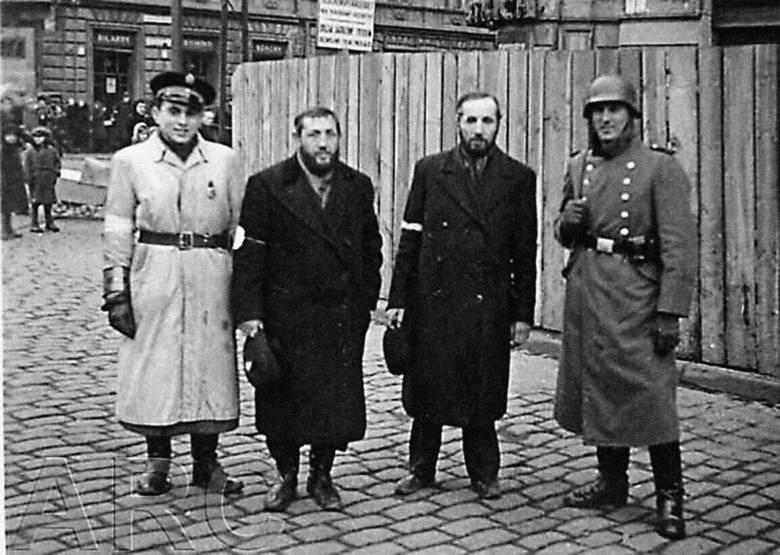 Żydowscy policjanci w getcie warszawskim - maj 1941 r. Do 1943 r. większość z nich zginie