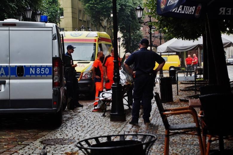 W środę 52-latka zmarła w deszczu, siedząc na ławce przy ul. Nowobramskiej w Słupsku. Nie jest wykluczone, że zanim upadła, przez kilka godzin siedziała
