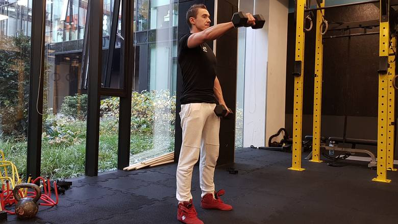 Ćwiczenia z hantlami w domu dla pań i mężczyzn. Sprawdź, jaki zestaw ćwiczeń z hantlami proponujemy na brzuch, biceps, plecy i barki