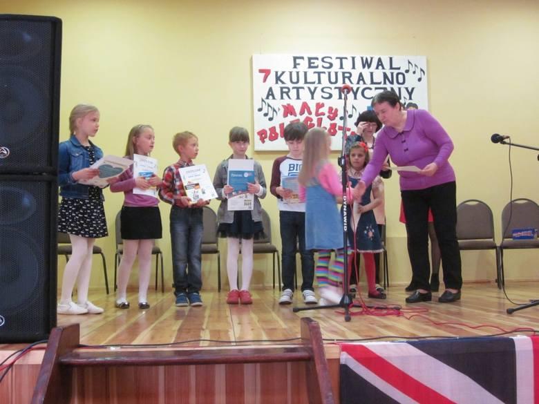 """Konkurs """"Mały poliglota"""" w RaciążuDyrektorka  szkoły wręczała upominki i dyplomy."""