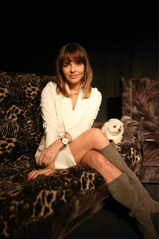 Edyta Herbuś, tancerka i aktorka, często bywa na salonach. Jak sama twierdzi, w swoich stylizacjach lubi zmiany, eksperymenty i zabawę własnym wizerunkiem.