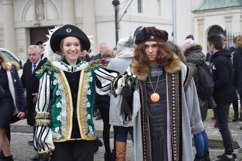 Polonez na ponad sto par na Starym Rynku w Łowiczu [Zdjęcia]