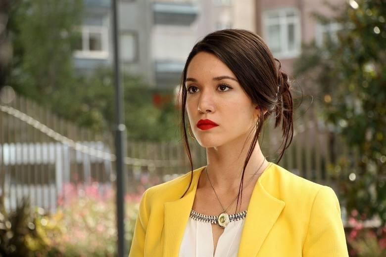 Zehra (Hazal Subaşı)Zehra nagle traci pracę. Jest to poważna sprawa tym bardziej, że ojciec Zehry pewnego dnia trafia do szpitala. Ömera i Zehrę z pozoru